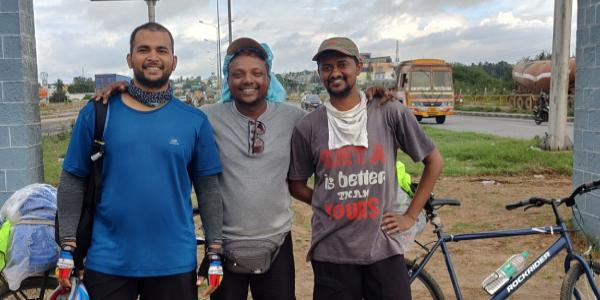 The best friend's trio takes a bicycle trip from Mumbai to Kanyakumari without missing work