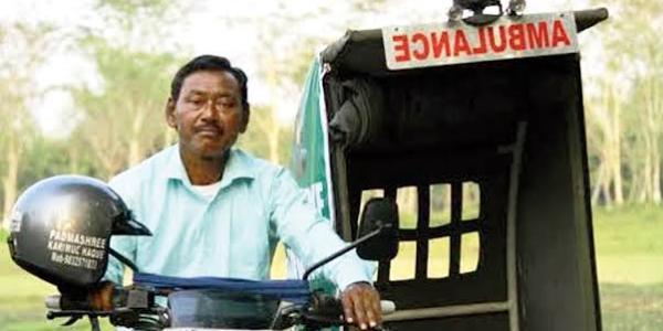 एम्बुलेंस दादा की कहानी – कैसे और क्यों अपनी बाइक को बनाया एम्बुलेंस, अब तक 5500 मरीज़ो की मदद